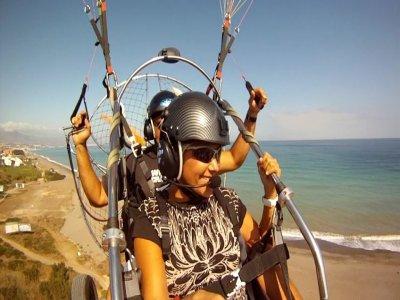 动力伞飞行和飞行员在马拉加5公里