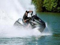 che gira nel mare con un jet ski.jpg