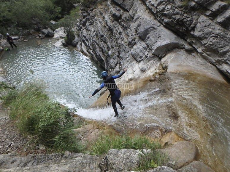 Saltando haciendo barranquismo