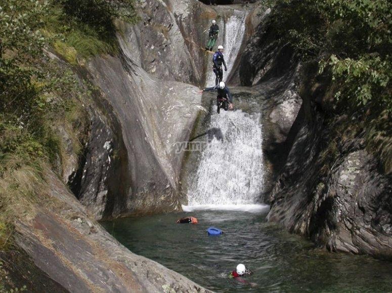 Saltando a pozas en el cañón de Leza