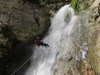 Bajando por una cascada haciendo barranquismo