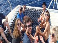 gruppo di amici in una festa boat.jpg