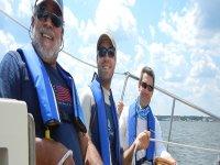 tre uomini che si godono una barca a vela sailing.jpg