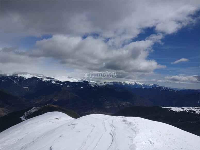 Vistas desde la cumbre haciendo un camino de raquetas de nieve