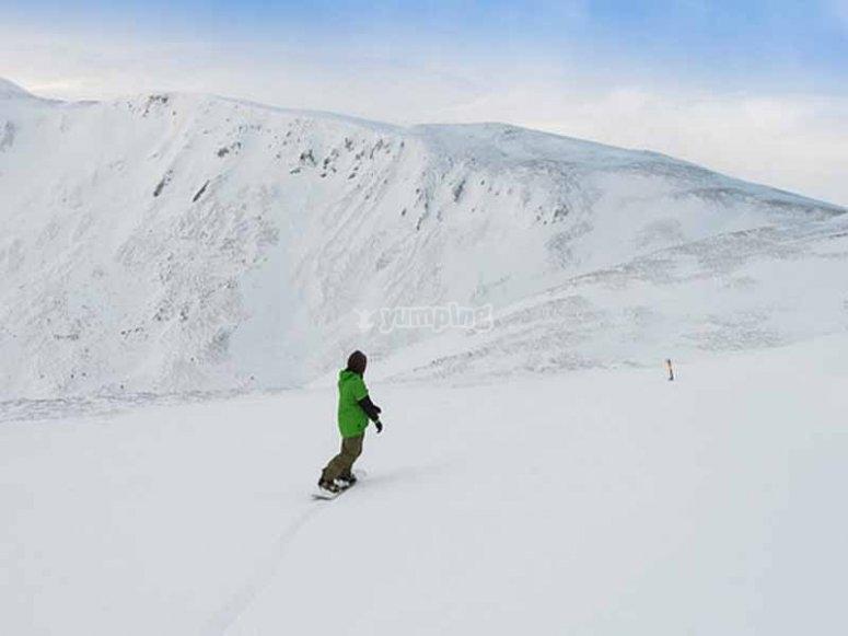 Haciendo snowboard