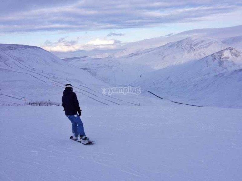 Aprendiendo a hacer snowboard en Navacerrada
