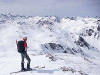 在比利牛斯山脉的皮科·德·佩杰雷特(Pico de Peygeret)进行雪鞋行走