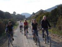 骑自行车穿越Sierra -999的绿道 - 我们穿过隧道越过山脉