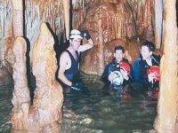 骑马通过一条地下河洞穴峡谷在格拉萨莱马