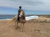 Montando a caballo en El Cotillo