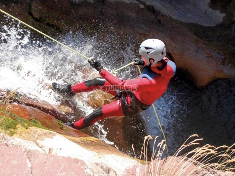 Descenso de cascada con rápel