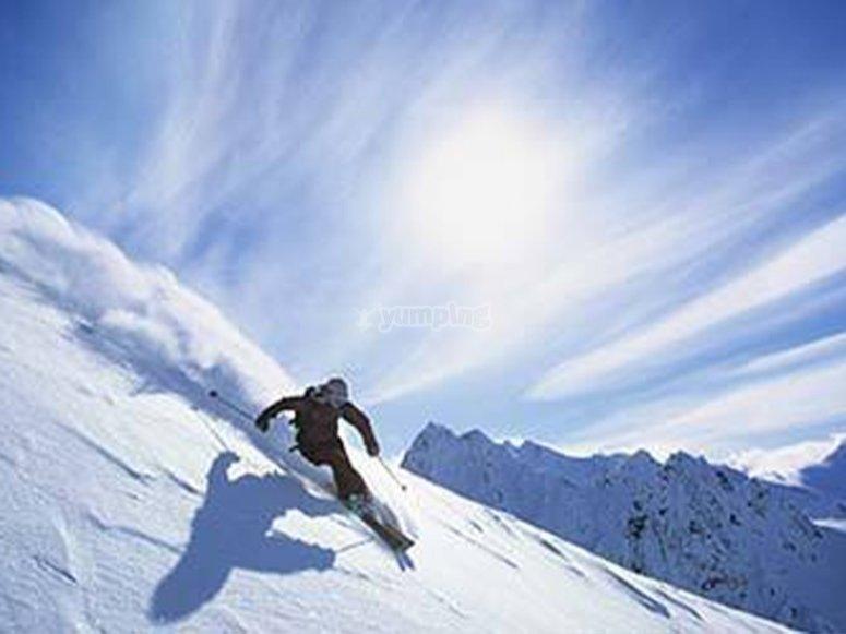 Descendiendo en esquí fuera de pista
