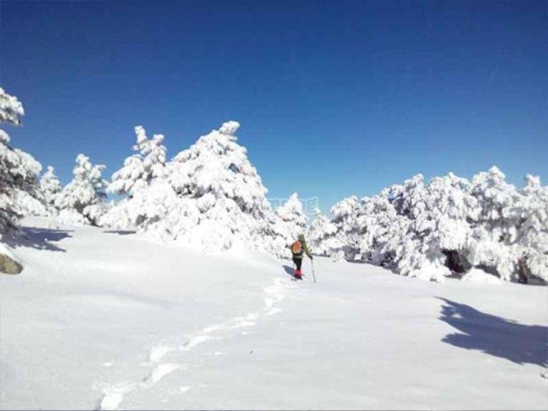 Con raquetas de nieve hacia la cima Pelopín
