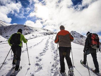 托尔拉Ordesa山谷的雪鞋行走