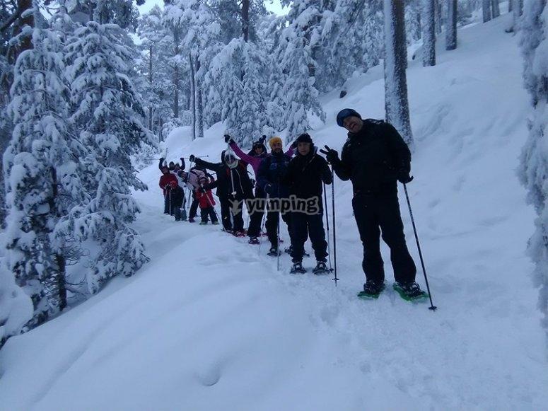 Amigos realizando una ruta con raquetas de nieve