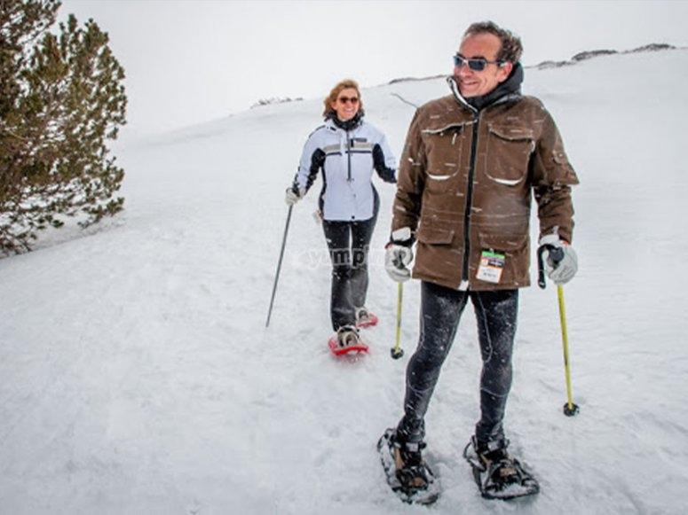 En pareja realizando una ruta con raquetas de nieve