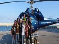 gruppo di amici accanto a un elicottero.jpg