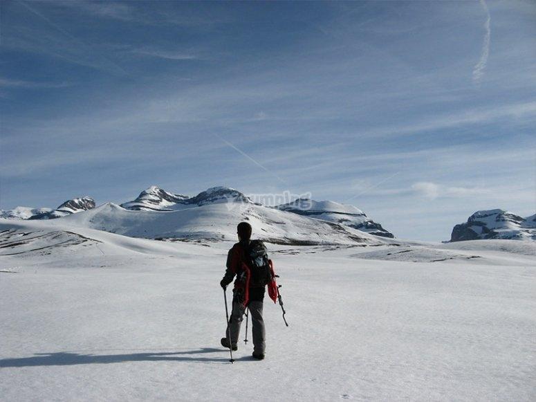 Explorando los pirineos oscenses con raquetas de nieve