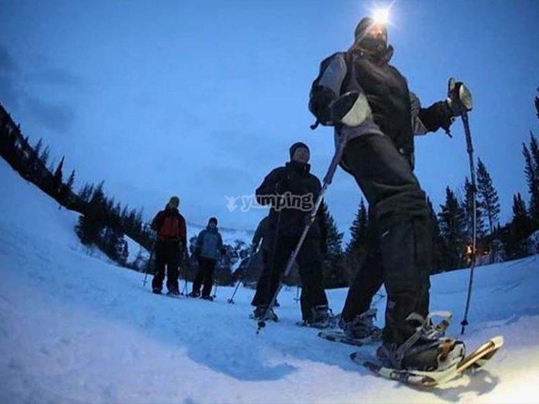 Raquetas de nieve de noche