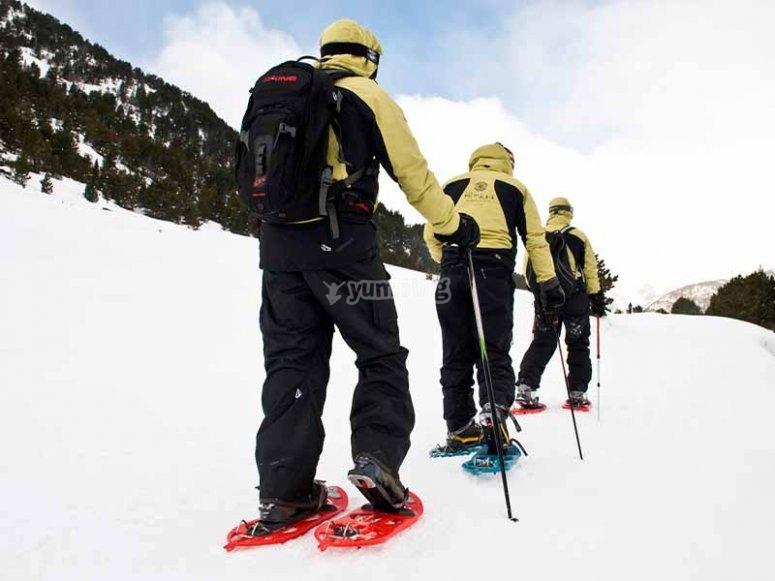 享受雪鞋徒步旅行