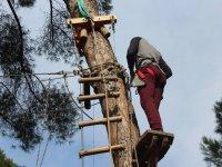 Asegurandose al arbol en La Juliana