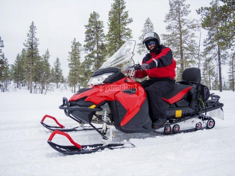 享受雪地摩托