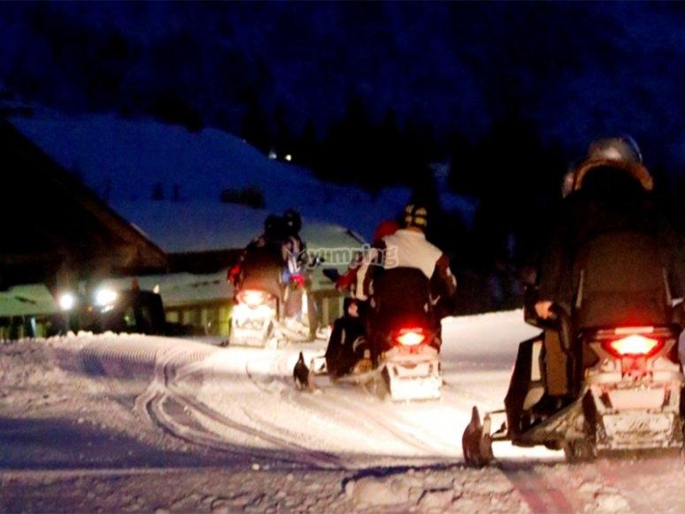 在满月下享受雪地摩托之旅
