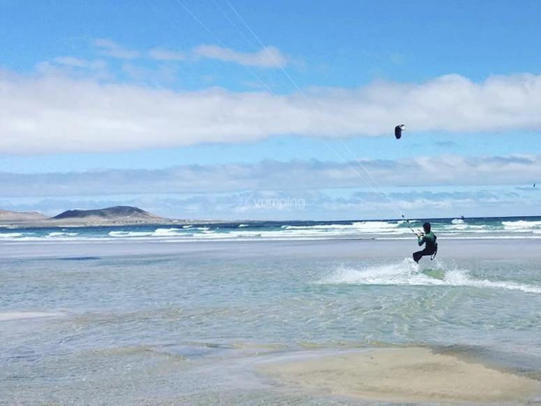 Disfrutando del viento haciendo kitesurf