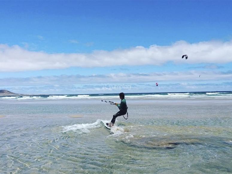 享受完整的风筝冲浪