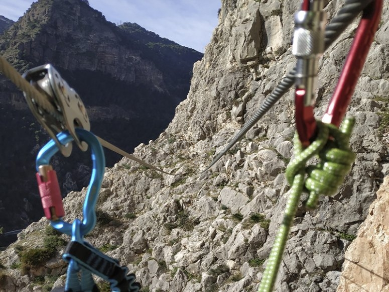 准备穿过 Viaferrata 的悬崖