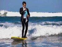 De traje surfeando