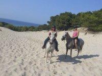 Disfrutando de un paseo a caballo por Cala Mesquida