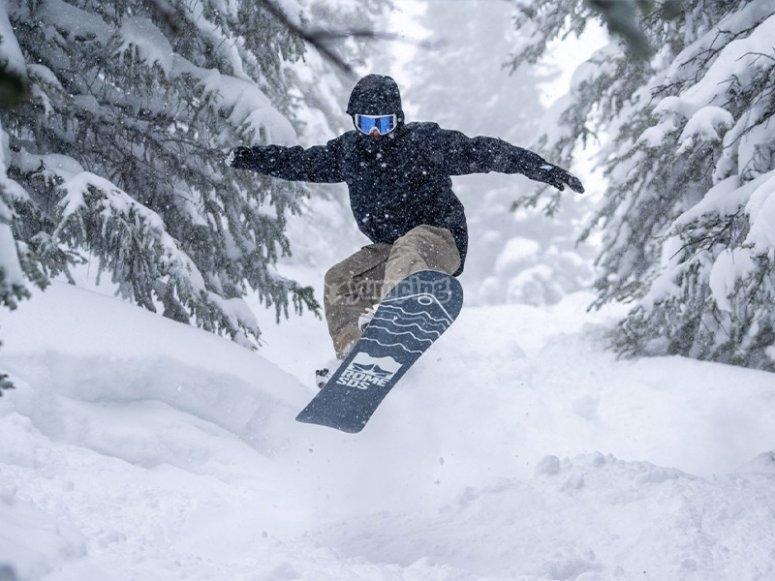 享受单板滑雪日