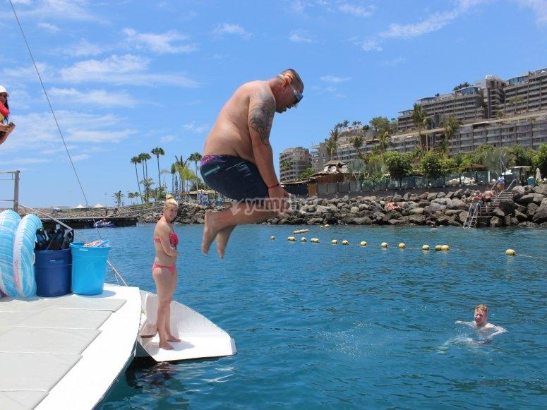 从双体船跳入水中