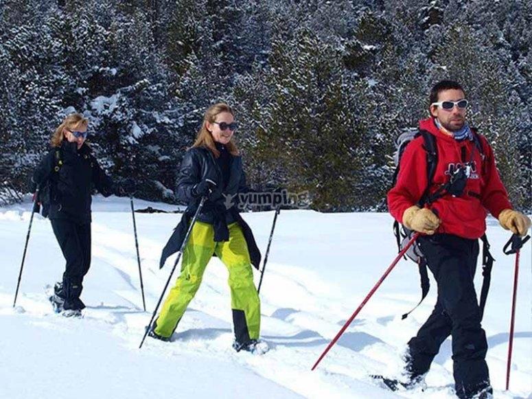 和朋友一起进行雪靴远足