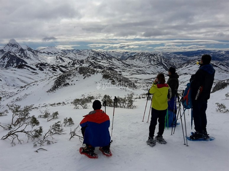 享受Picos de Europa中雪靴的景色