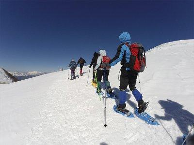 徒步旅行到Valdeón的Picos de Europa滑雪鞋3小时