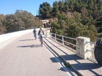 Ciclismo lungo il ponte di Malaga
