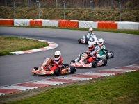 prendendo curve in un circuito di kart