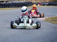 due persone che guidano su un circuito di kart