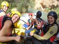 Aventureras haciendo rafting