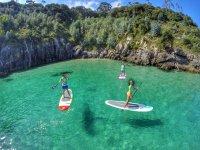 Flotando sobre aguas cristalinas