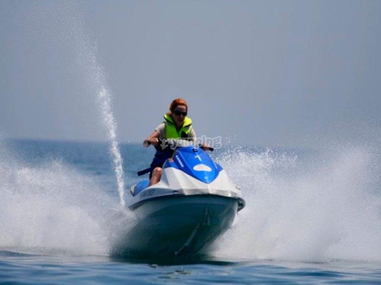 在水上摩托上的加速