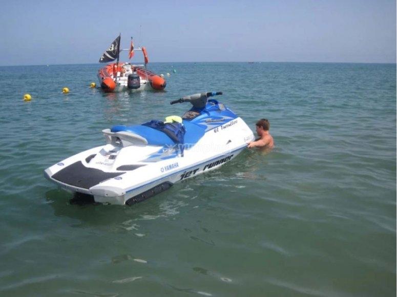 船旁的水上摩托艇