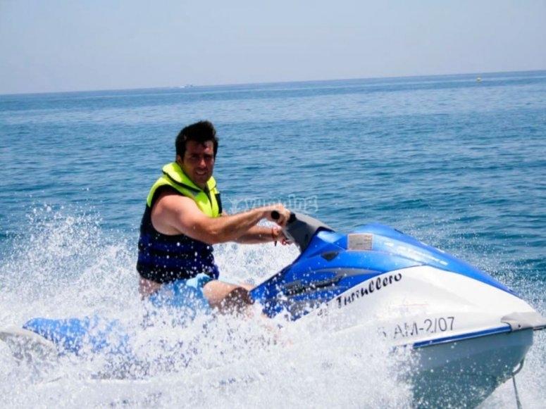 无许可证的摩托艇