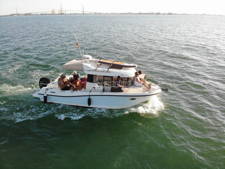 Embarcación por la costa de Cádiz