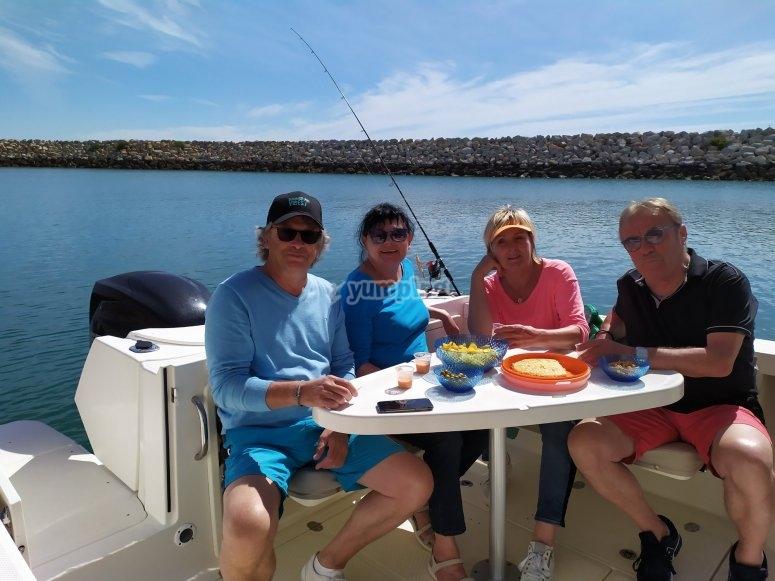 Grupo disfrutando de paseo en barco