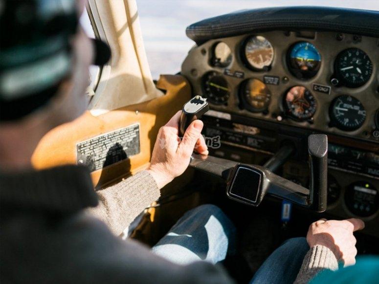 En la cabina pilotando la avioneta