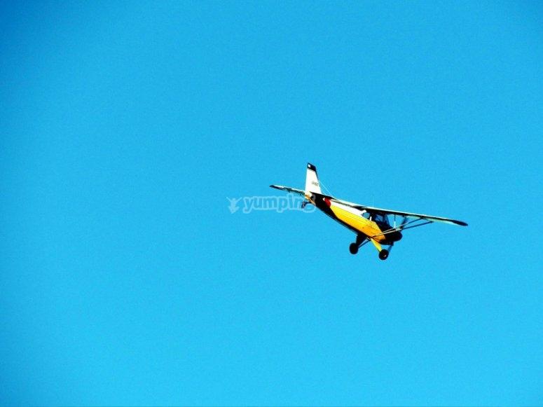 在飞机上享受飞行