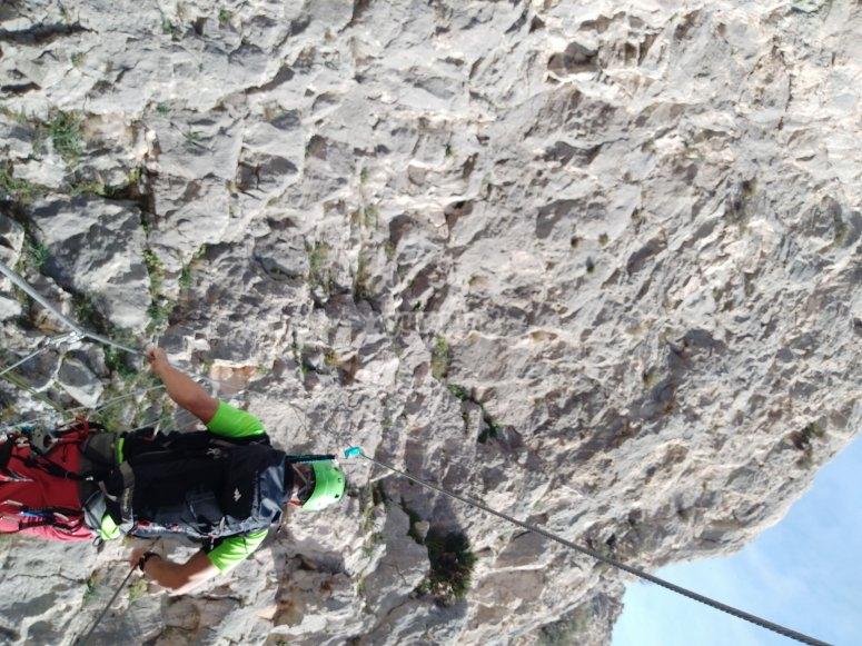 在马拉加通过Ferrata攀登